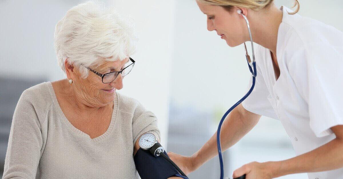 пожилые люди и диетолог