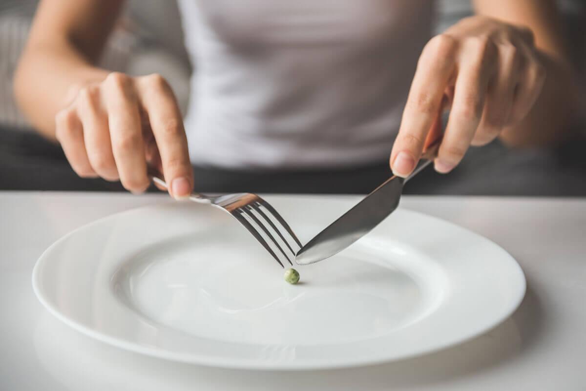 На-тарелке-одна-горошнка-ограничительная-жесткая-диета-предшественники-рпп