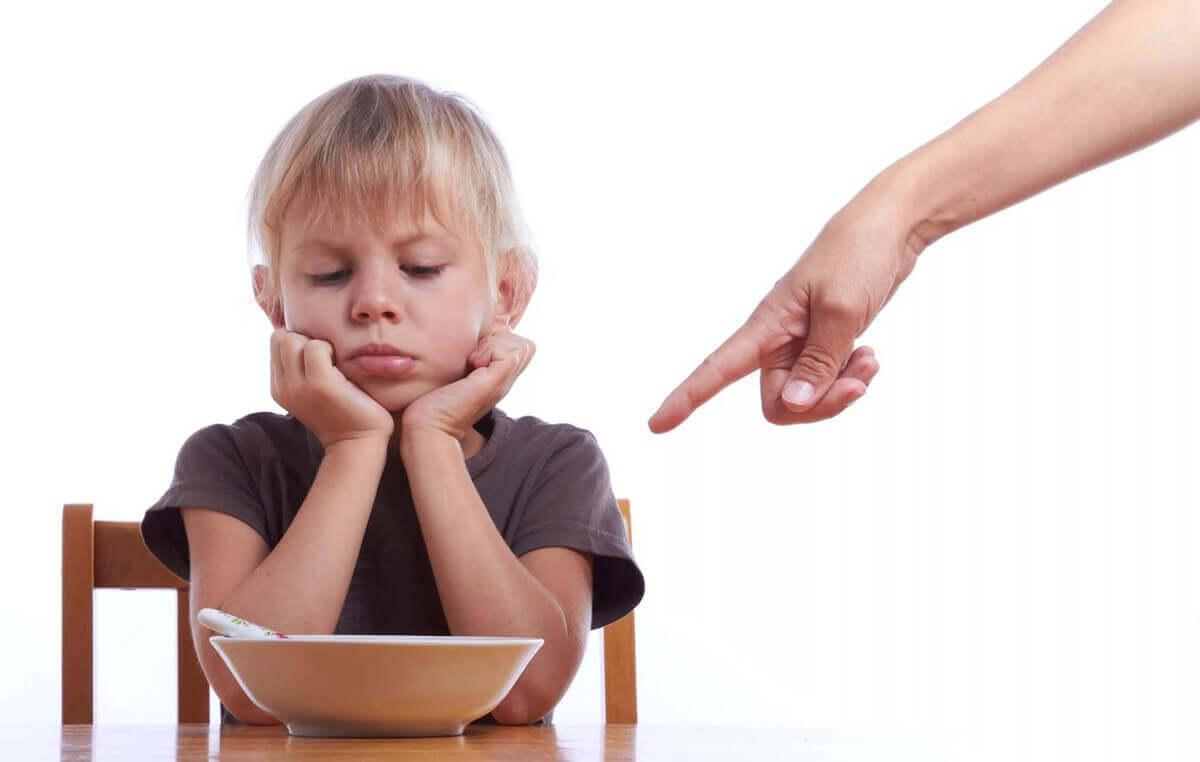 Мальчика-заставляют-кушать-родители-виновата-ли-семья-в-рпп-у-ребенка