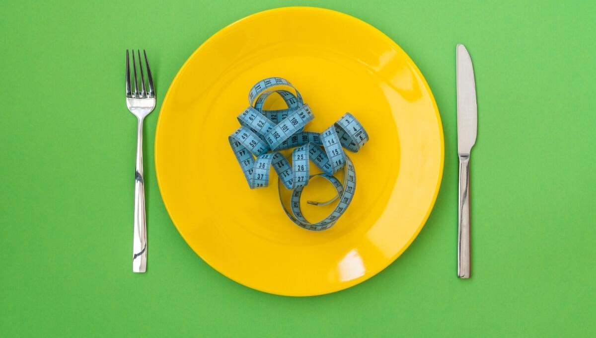 Сантиметр-лежит-на-тарелке-дефицит-веса