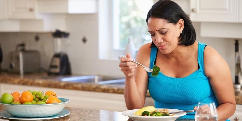 Девушка-ест-за-столом-правильное-питание-и-похудение