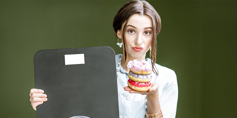 Девушка-с-весами-и-пирожным-доверие-клиентов-диетолога