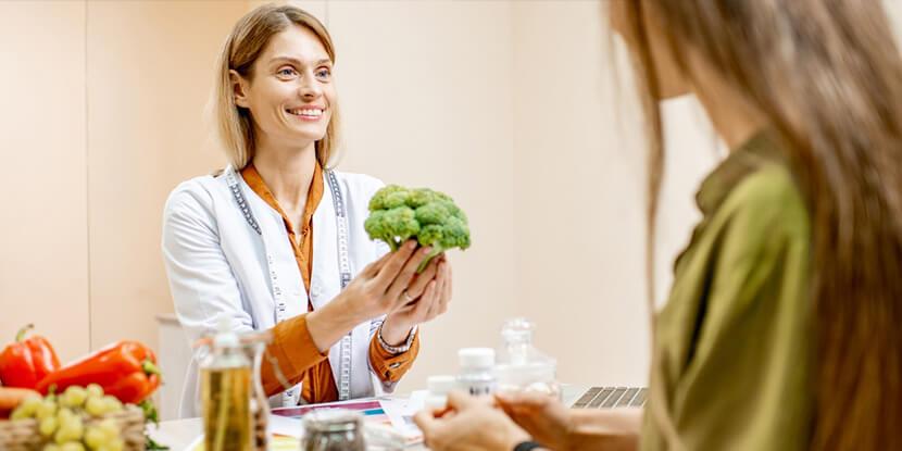Девушка-на-приеме-у-диетолога-как-завоевать-доверие-клиента