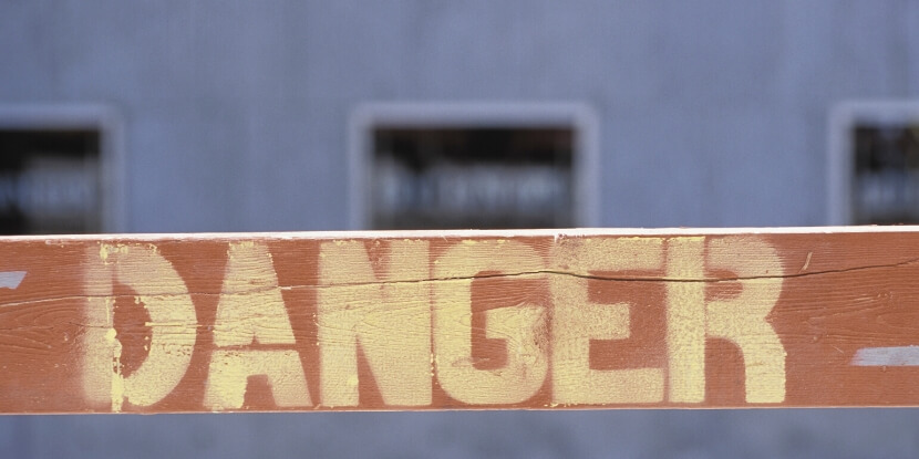 табличка-опасность-окружающий-мир-таит-опасность-мешает-похудеть