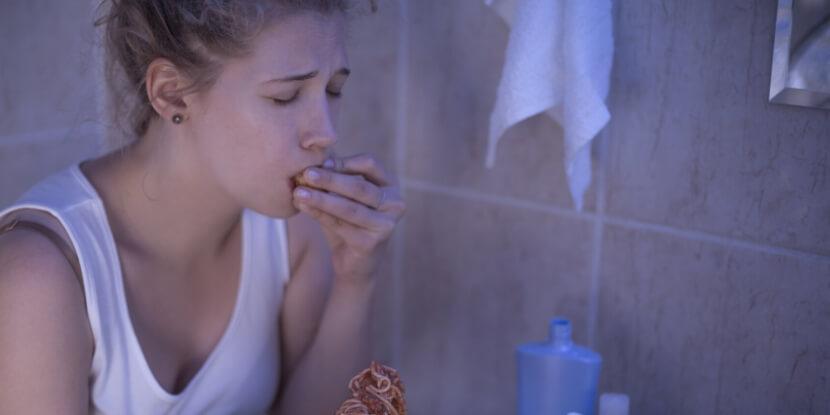 Девушка-ест-в-туалете-булимия