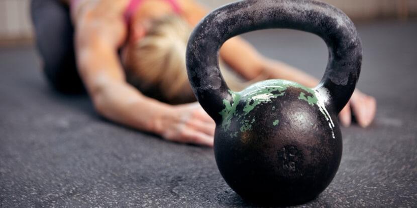 Девушка-поклоняется-гире-зависимость-от-фитнеса
