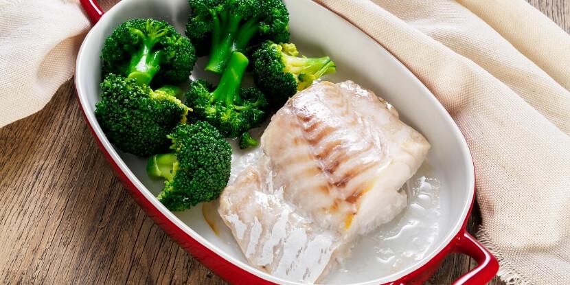 Запеченная-рыба-и-брокколи-меню-при-гастрите-Академия-Wellness-Consulting