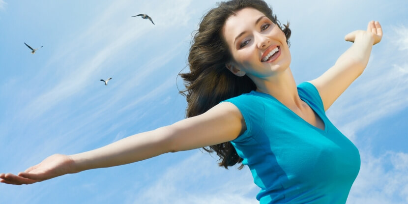 Девушка-радуется-жизни-правильное-похудение-с-школой-диетологии-Лары-Серебрянской