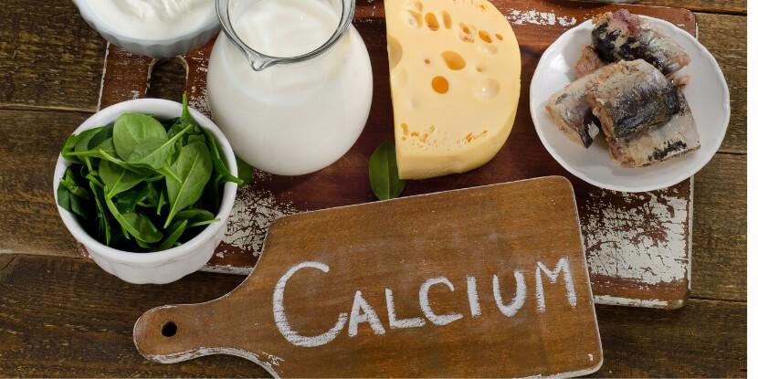 Продукты-с-кальцием-сыр-молоко-скумбрия-зеленые-листья-салата-лечебное-питание-академия-wellness-consulting