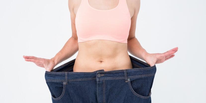 Девушка-в-джинсах-которые-велики-школа-диетологов-Академии-Wellness-Consulting