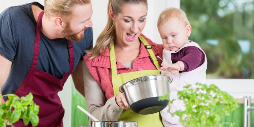 Мама-папа-и-малыш-на-кухне-питание-при-грудном-вкармливании-Академия-Wellness-Consulting