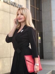 Лара-Серебрянская-держит-в-руках-папку-интервью-о-международной-ассоциации-хэлси-консультантов