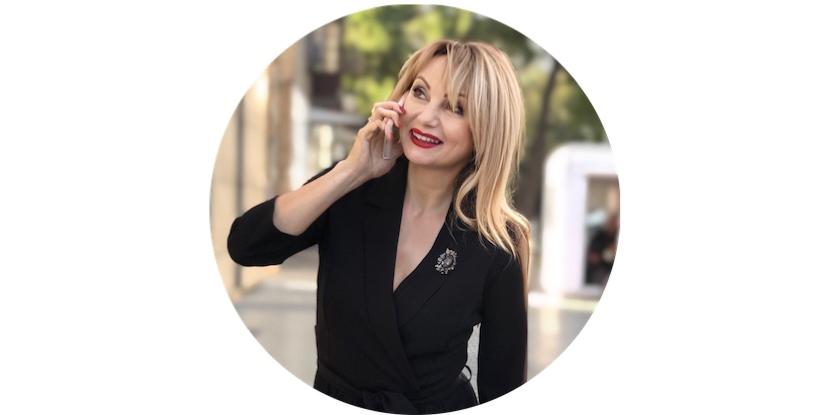 Лара-Серебрянская-говорит-по-телефону-интервью-о-международной-ассоциации-хэлси-консультантов