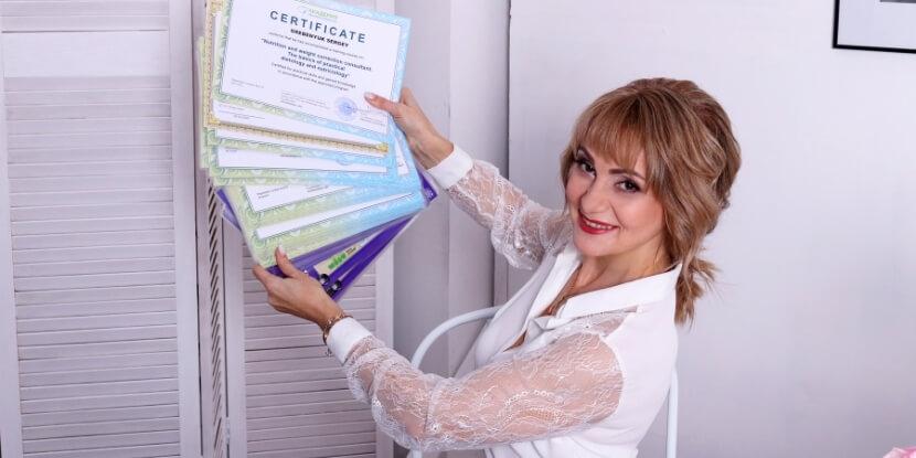 Лара-Серебрянская-с-сертификатами-как-заработать-на-своем-опыте-похудения-Академия-Wellness-Consulting