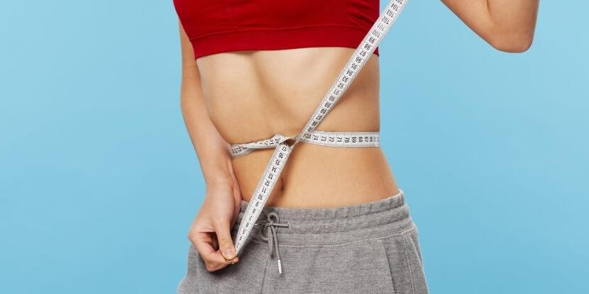 Девушка-затягивает-сантиметр-на-талии-заблуждения-о-расстройствах-пищевого-поведения-Академия-Wellness-Consulting