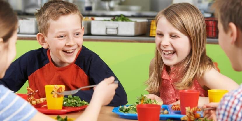 Дети-едят-в-школе-питание-школьников-детская-диетология-Академия-Wellness-Consulting