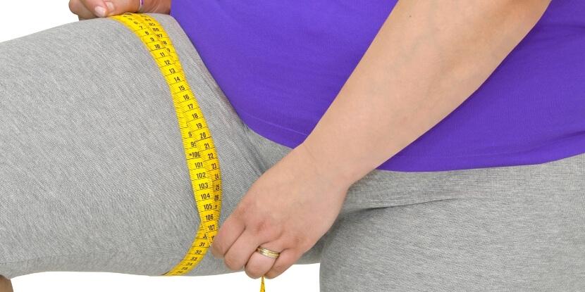 Женщина-замеряет-ногу-6-типов-ожирения-школа-диетологов-Академии-Wellness-Consulting