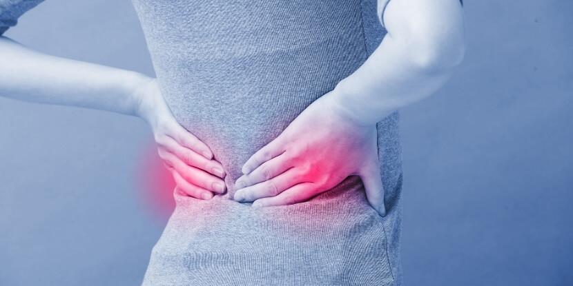 Женщина-держится-за-почки-лечебное-питание-при-болезнях-почек-Академия-Wellness-Consulting