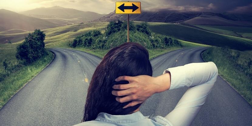 Девушка-стоит-на-распутье-привычки-мешающие-принятию-решений-бизнес-школа-Академии-Wellness-Consulting