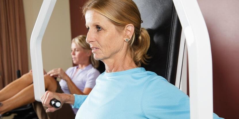 Женщина-растягивается-фитнес-после-35-лет-советы-по-безопасности-и-эффективности-от-школы-диетологов-Академии-Wellness-Consulting