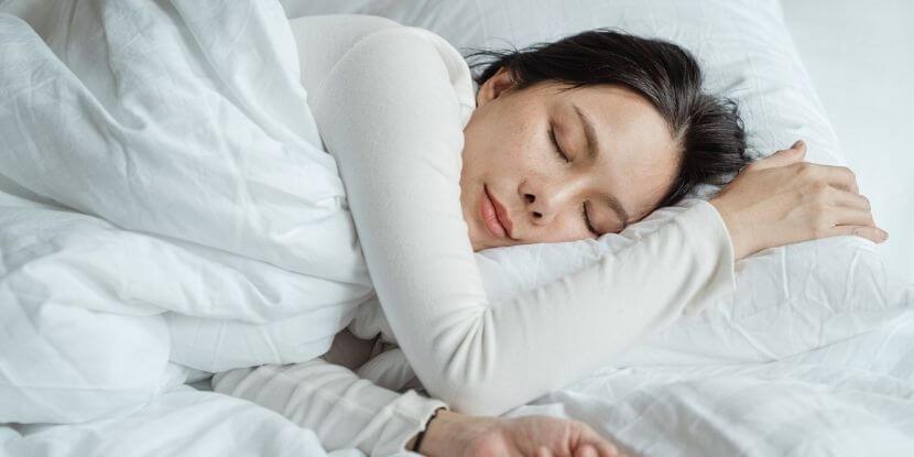 Девушка-спит-как-не-набрать-лишний-вес-на-удаленке-советы-школы-диетологов-Академии-Wellness-Consulting