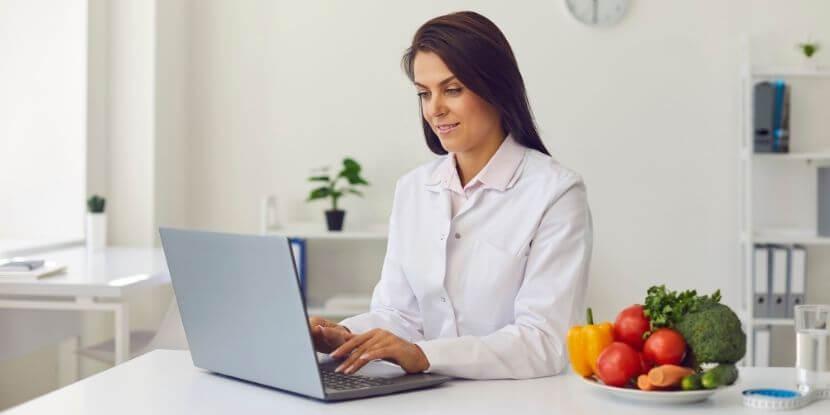 Диетолог-за-столом-как-правильно-задавать-вопросы-клиенту-школа-диетологов-Академии-Wellness-Consulting