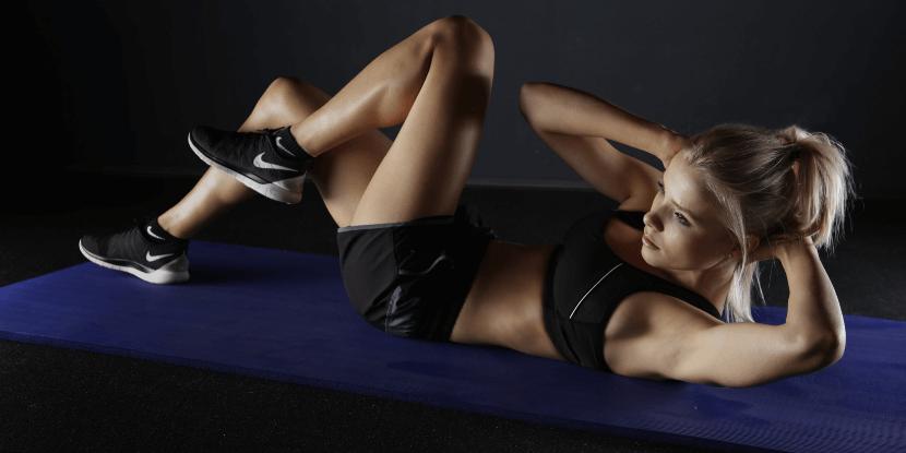 Девушка-делает-скрутку-правда-о-работе-фитнес-тренера-от-школы-спортивной-диетологии-Академии-Wellness-Consulting