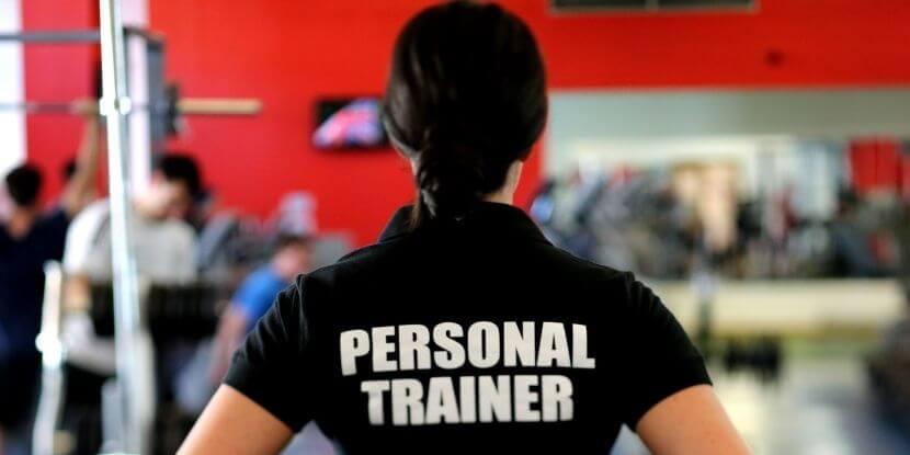 Тренер-наблюдает-за-тренировкой-правда-о-работе-фитнес-тренера-от-школы-спортивной-диетологии-Академии-Wellness-Consulting