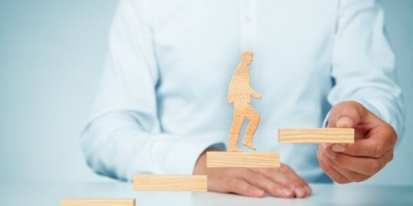 человек-идет-по-ступенькам-вверх-самореализация-развитие-потенциала-Академия-Wellness-Consulting