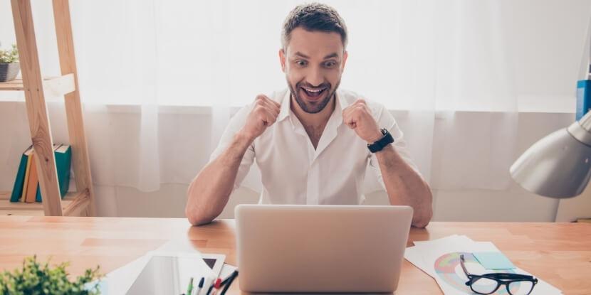 Мужчина-радуется-возле-ноутбука-как-правильно-ставить-цели-бренд-коучинг-с-Ларой-Серебрянской