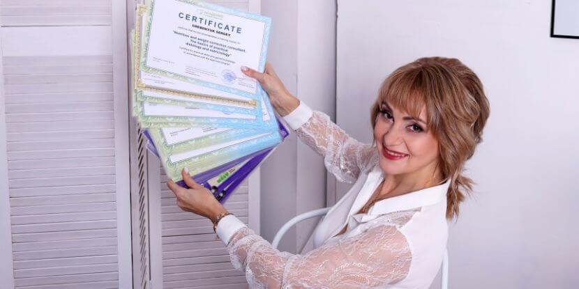 Лара-Серебрянская-с-сертификатами-обучение-на-диетолога-Академии-Wellness-Consulting