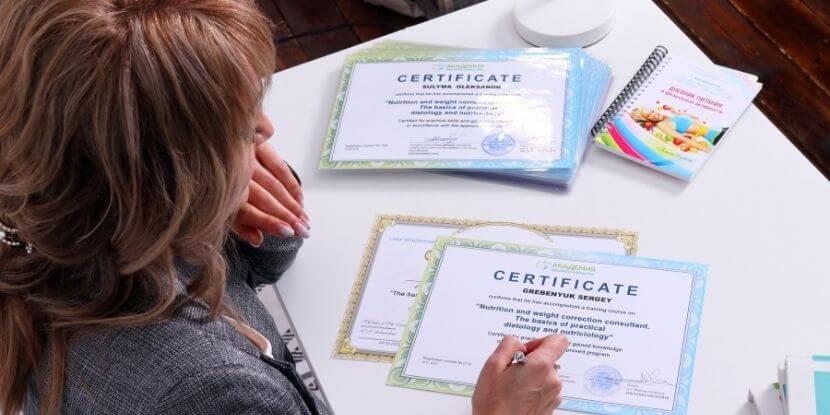 Лара-Серебрянская-подписывает-обучение-на-диетолога-Академии-Wellness-Consulting