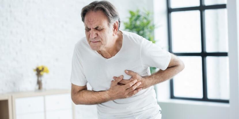 Мужчина-схватился-за-сердце-лечебное-питание-при-болезнях-сердца-и-сосудов-Академия-Wellness-Consulting