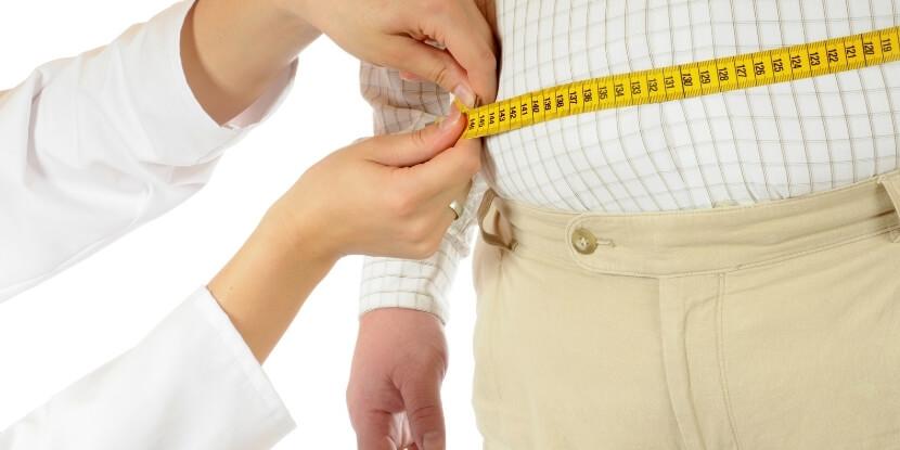 Диетолог-меряет-талию-мужчине-как-похудеть-пожилым-людям-школа-диетологов-Академии-Wellness-Consulting