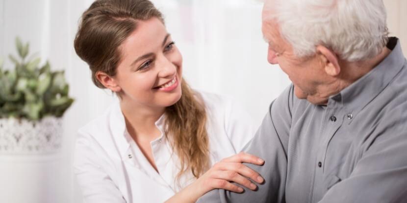 Диетолог-и-пожилой-мужчина-как-похудеть-пожилым-людям-школа-диетологов-Академии-Wellness-Consulting